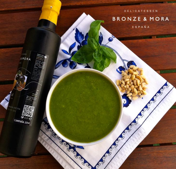 receta-de-pasta-al-salsa-al-pesto-con-nuestro-aceite-de-oliva-virgen-extra-Bronze-&-Mora---aove-ideal-para-regalar-a-amigos--y-como-regalo-de-empresa-selección-de-los-mejores-aceites-de-oliva-españoles--the-bets-oliveoil-selection-from-spain