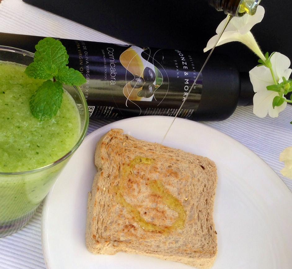 Desayunos-saludables-muy-sanos-para-iniciar-el-día-con-mucha-energia---zumos-detox-tostada-y-aove-Bronze-&-Mora-aceite-de-oliva-virgen-extra-ideal-para-regalar-regalos-de-empresa-y-navidad-healthyfood-olive-oil-evoo-from-spain