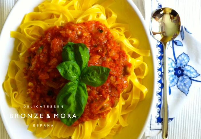 pasta-con-tomate-y-albahaca---todos-con-productos-del-estuche-de-maridaje-Rouge-Bronze-&-Mora--ideal-para-regalar-a-amigos-o-familiares-o-como-regalo-de-empresa--la-mejor-selección-de-aoves-de-españa-aceitedeolivavirgenextra
