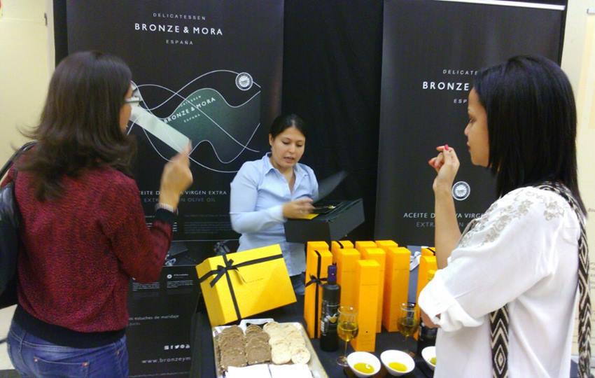 Bronze-&-Mora--Mercadillo-en-el-barrio-de-salamanca-de-Madrid---c-serrano-32--selección-de-los-mejores-aceites-de-oliva-virgen-extra-ideal-para-regalar--aove-como-regalo-de-empresa-foodies-gourmet-navidad-cumpleaños