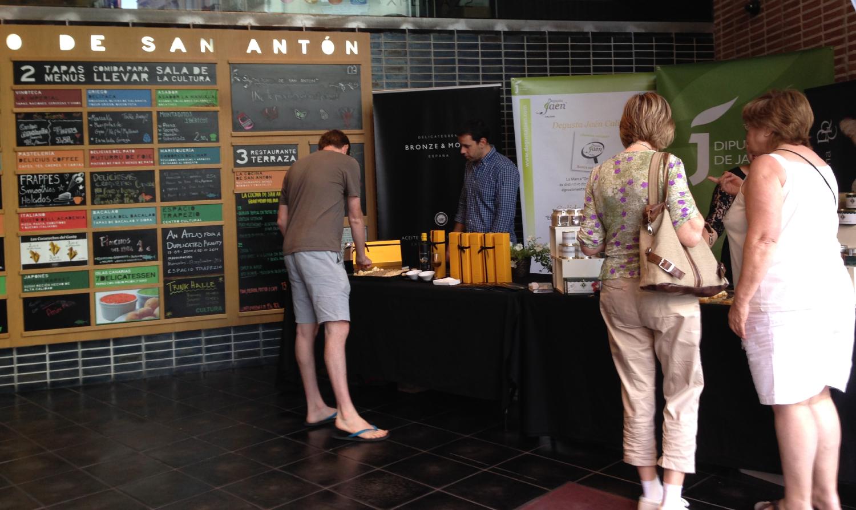 Evento-de-AOVEs--Bronze-&-Mora-en-el-Mercado-de-San-Antón-con-la-denominación-de-origen-sierra-magina-de-nuestra-variedad-picual--el-regalo-ideal--regalo-de-empresa--aceite-de-oliva-virgen-extra-marca-españa-lo-nuestro