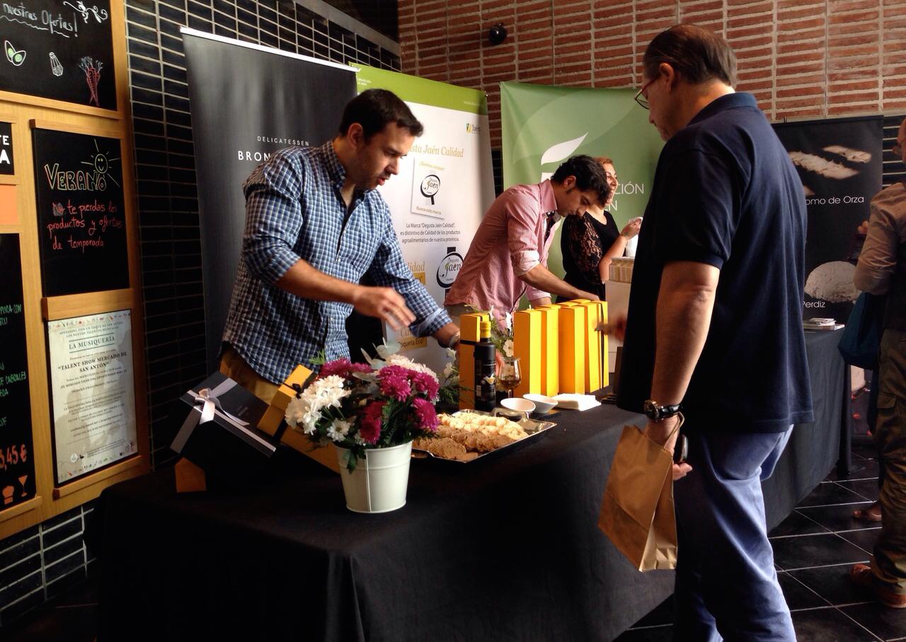 Foodies-AOVE--Bronze-&-Mora-en-el-Mercado-de-San-Antón-de-la-mano-de-la-denominación-de-origen-sierra-magina-de-nuestra-variedad-picual--el-regalo-ideal--regalo-de-empresa-la-mejor-selección-de-aceite-de-oliva-virgen-extra-marca-españa