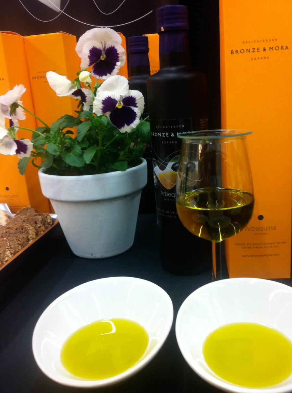 Nuestro-delicioso-arbequina-Bronze-&-Mora-con-dop-siurana-Mercadillo-en-el-barrio-de-salamanca-de-Madrid-serrano-32--seleccio?n-de-los-mejores-aceites-de-oliva-virgen-extra-ideal-para-regalar--aove-como-regalo-de-empresa-foodies-gourmet-navidad