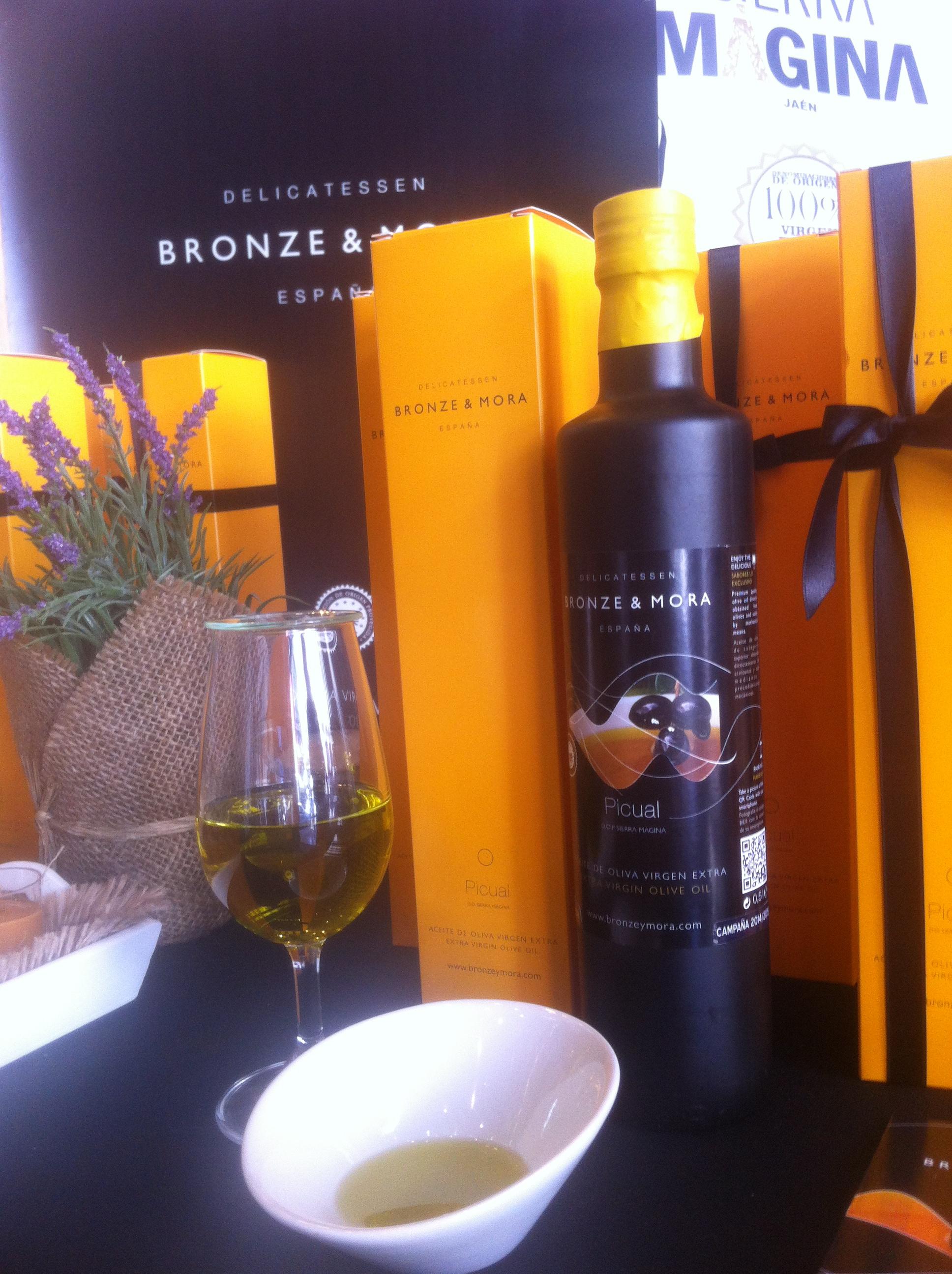 Aceite-de-oliva-para-regalar--en-el-mercado-de-San-Anton-y-DOP-Sierra-Magina-Bronze-&-Mora-aove-para-cuidar-la-salud-exclusivos-estuches-de-regalo-con-virgen-extra
