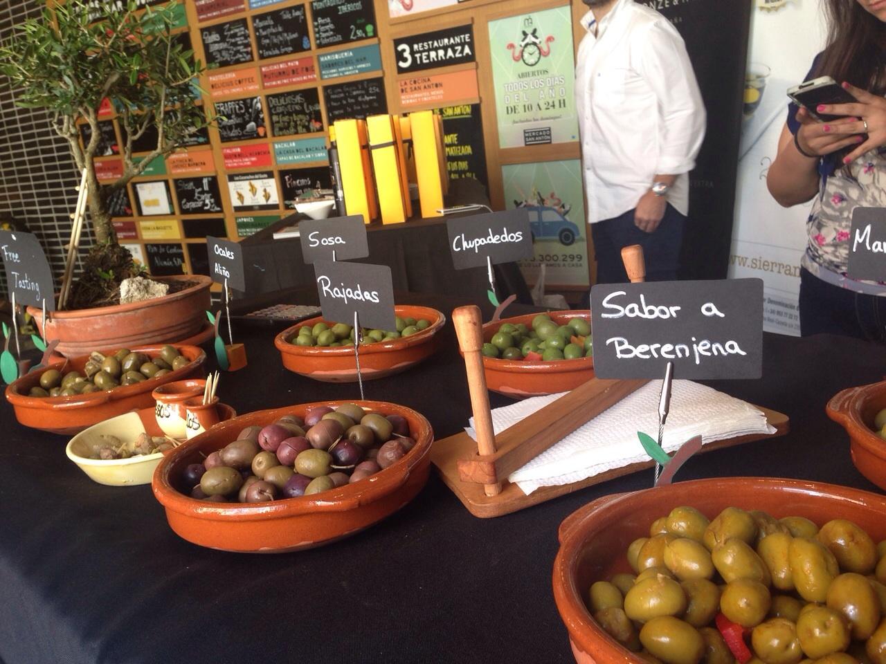 aceite-para-regalar--en-el-mercado-de-San-Anton-y-DOP-Sierra-Magina-Bronze-y-Mora-aove-para-cuidar-la-salud-exclusivos-estuches-de-regalo-con-virgen-extra-delicatessen-españa
