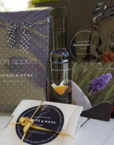 cesta regalo Bon Appétit Bronze y Mora aceite de oliva virgen extra lomo iberico queso manchego ideal como regalo gourmet, regalo personalizable, cesta de Navidad, regalo de empresa y aceite para regalar con oleoteca en Madrid