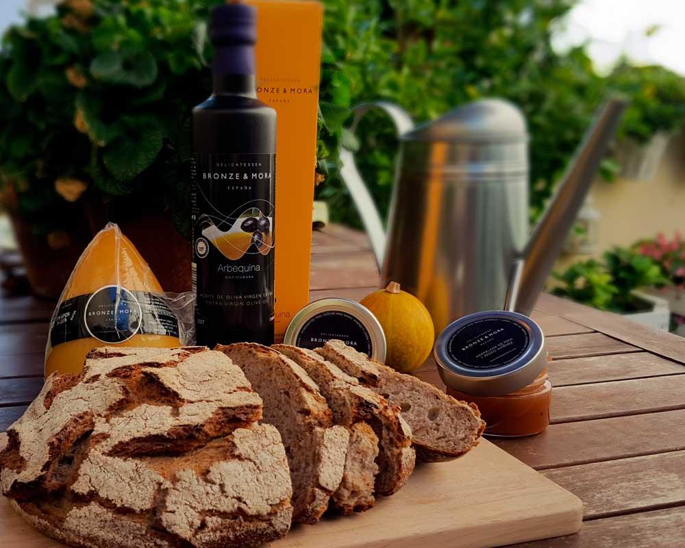Estuche de maridaje cesta regalo gourmet queso san simon da costa aceite de oliva bronze y mora