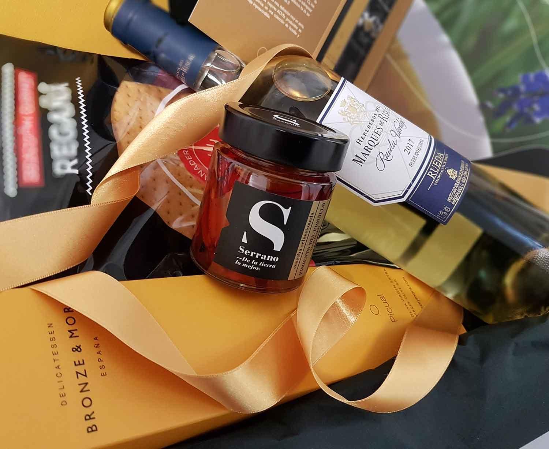 cesta-regalo-gourmet-santa-ana-torta-del-casar-vino-verdejo-iberico-lomo-aceite-de-oliva-bronze-y-mora-5