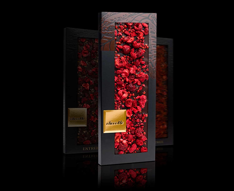 Delicioso chocolate con fresas liofilizadas, nuez moscaa y arándamos rojos
