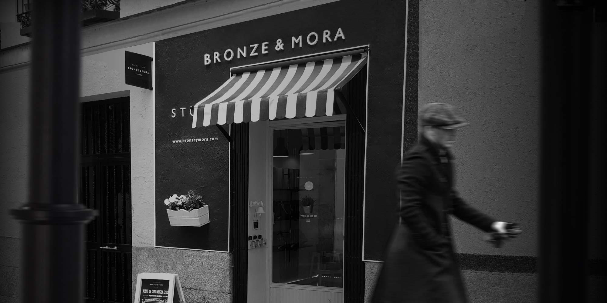 Oleoteca de Bronze y Mora en la calle Libreros 5, Madrid. Bronze y Mora es aceite de oliva virgen extra ideal como regalo gourmet y como regalo personalizable